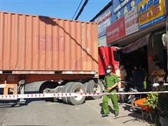 TP.HCM: Xe container đâm vào cửa hàng, một người tử vong