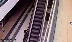Kinh hoàng cảnh bé trai 4 tuổi bám thành thang cuốn đùa nghịch, rơi từ độ cao 6m