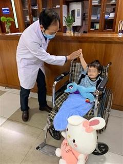 Bé gái rơi từ tầng 12A chung cư 60B Nguyễn Huy Tưởng được ra viện