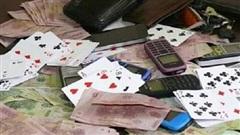 Bị bắt quả tang, đối tượng đánh bạc lao vào giật biển hiệu của chiến sĩ công an