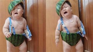 Diện bộ đồ 'cây nhà lá vườn' được mẹ tự tay thiết kế, cậu nhóc bụ bẫm vừa khóc vừa tạo dáng đáng yêu phát hờn