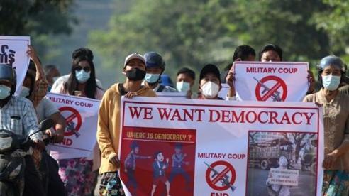 Chính biến tại Myanmar: Hơn 600 sĩ quan cảnh sát tham gia biểu tình với người dân