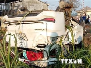Quảng Ngãi: Tàu hỏa húc văng ôtô 7 chỗ, 3 người thương vong