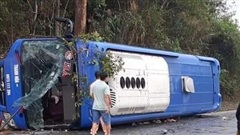 Xe khách lật nhào ở Kon Tum, 19 người bị thương