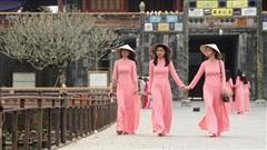 Mang áo dài truyền thống được miễn phí tham quan di sản Huế