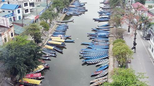 Trước ngày mở cửa chùa Hương, người dân hạ thuyền, vận chuyển hàng hóa sẵn sàng phục vụ khách hành hương