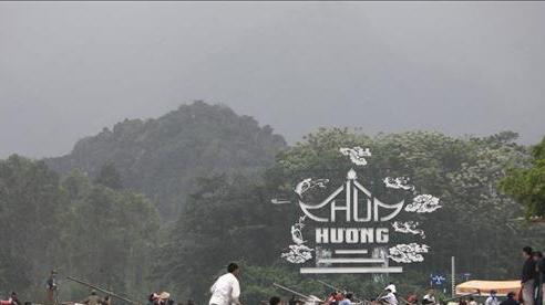 Du khách tấp nập đi lễ hội chùa Hương