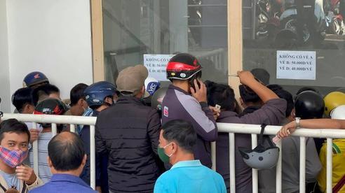 Người hâm mộ chen kín quày bán để mua vé xem trận HAGL - Bình Định