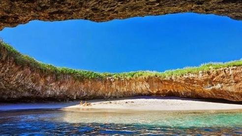 Bãi biển bí ẩn hoang sơ dưới hang động
