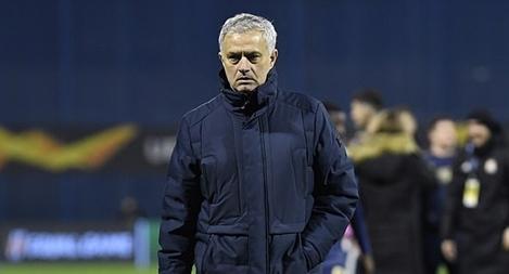 CĐV Tottenham nổi đóa đòi sa thải Mourinho sau thất bại muối mặt