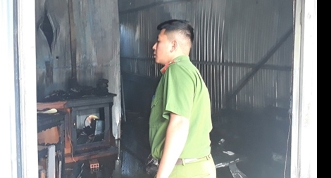 Ngã quỵ khi thấy nhà mình đã cháy rụi