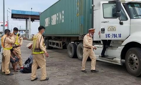 Bị test ma túy trên đường cao tốc, tài xế xe container mở cửa xe bỏ chạy