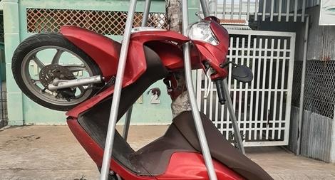 Xe máy 'leo cây', nữ tài xế nhập viện cấp cứu