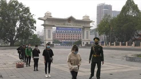BĐBP Lào Cai tiếp nhận công dân vượt biên trái phép