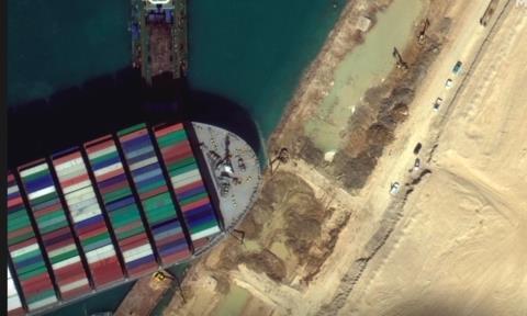 Tàu quay ngang kẹt trên kênh Suez đã 'dịch chuyển nhẹ', chưa biết khi nào kênh thông