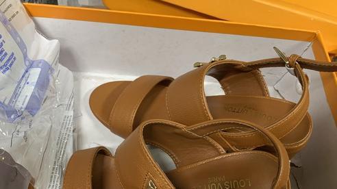Hà Nội: Tóm gọn kho giày dép nhái luôn 'cửa đóng then cài' để livestream bán trên mạng