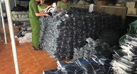 Bắt quả tang cơ sở sản xuất quần áo giả nhãn hiệu tại Hà Nam