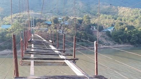 Thanh Hóa: Huyện không có tiền tháo cầu treo cũ hỏng, người dân bám dây cáp băng qua sông