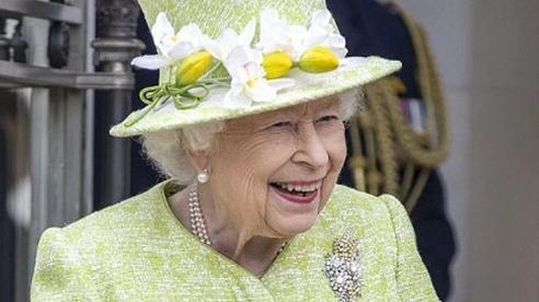 Hình ảnh tươi cười của Nữ hoàng Anh sau 5 tháng ở ẩn và thông điệp sâu sắc đến vợ chồng Meghan Markle và Harry