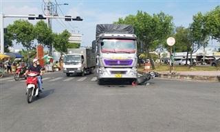 TPHCM: Va chạm với xe tải, người phụ nữ mang thai 7 tháng nhập viện