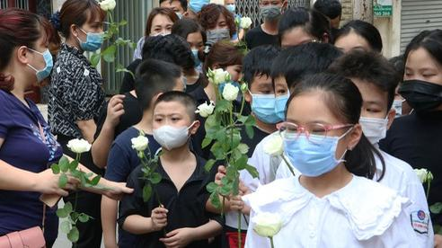 Bạn học mang hoa hồng trắng tiễn biệt bé gái 10 tuổi tử vong trong vụ cháy kinh hoàng ở Hà Nội