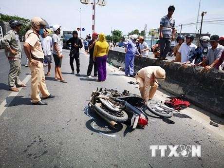 Bà Rịa-Vũng Tàu: Xe 16 chỗ va chạm xe máy ngược chiều, 2 người chết