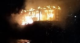 Tàu cá bị cháy trong đêm khi neo đậu tại vùng nước cảng Sa Kỳ