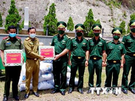 Chúc Tết Bunpimay, trao quà tặng người dân và lực lượng vũ trang Lào