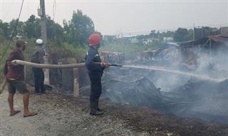 Xưởng gỗ vùng ven Sài Gòn bị 'bà hỏa' thiêu rụi, đổ sập