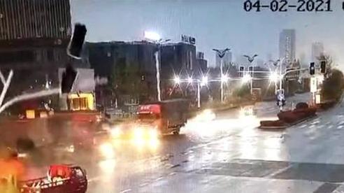 Tử thần 'ngủ quên' trong pha cột đèn giao thông đè trúng người đi bộ