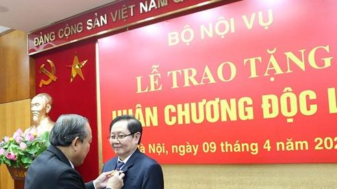 Trao Huân chương Độc lập hạng Nhì tặng nguyên Bộ trưởng Bộ Nội vụ Lê Vĩnh Tân