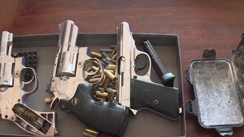 Bắt đối tượng tàng trữ nhiều súng, dao tự chế 'mua trên mạng xã hội'