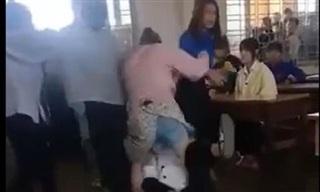 Nữ sinh cấp 3 gọi người nhà đến trường đánh bạn cùng lớp