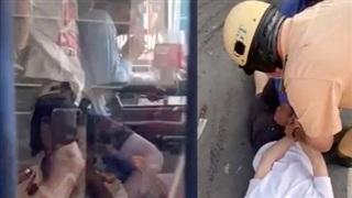 CSGT TP HCM dùng súng khống chế nam thanh niên gí dao vào cổ tài xế xe buýt