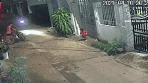 Kinh hoàng xe máy đâm rồi chèn bánh qua người bé gái 3 tuổi: Bài học đau lòng cho các bậc phụ huynh