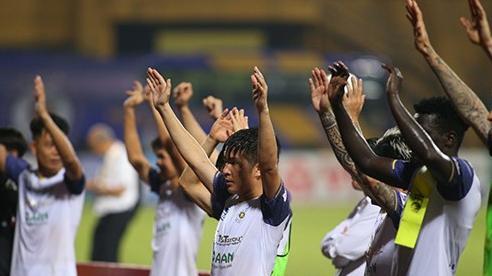 Cầu thủ Hà Nội được 'thưởng nóng' sau khi thắng giải hạn