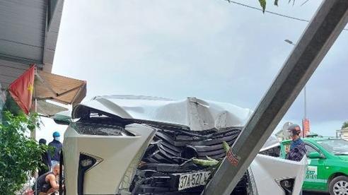 Xe sang Lexus 'méo đầu' sau khi tông 2 xe máy trên quốc lộ 1A