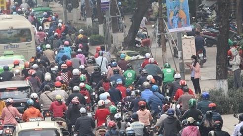 Sợ hãi muốn rụng tim vì 'đặc sản' tạt đầu, võng vỉa của xe ôm công nghệ ở Hà Nội