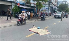 Tông vào thùng trộn bê tông do xe tải kéo, 1 người tử vong