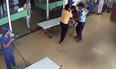 Thanh niên bị thương và người đi cùng hành hung bác sĩ, điều dưỡng