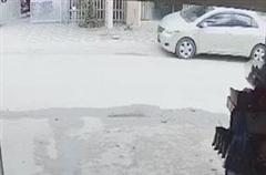 Ô tô mở cửa bất ngờ khiến xe máy ngã nhào suýt bị xe khách tông trúng