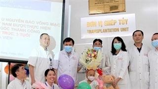 Bệnh nhi đầu tiên mắc u nguyên bào võng mạc được chữa khỏi