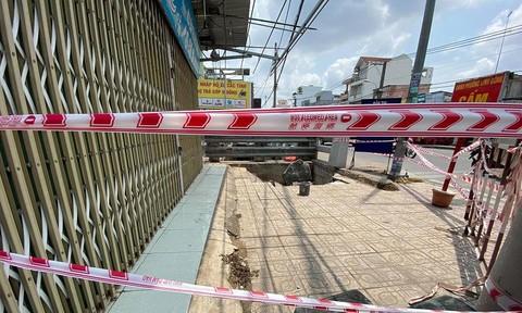 Hố tử thần sâu 2m 'nuốt chửng' xe máy trên vỉa hè ở Sài Gòn