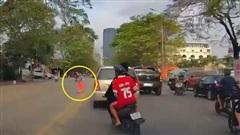 Mẹ bế con đi bộ qua đường, bị thanh niên phóng xe máy vượt ẩu tông trúng