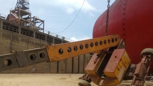 Xe nâng của nhà máy đóng tàu ở Quảng Ngãi gặp sự cố, 2 người tử vong