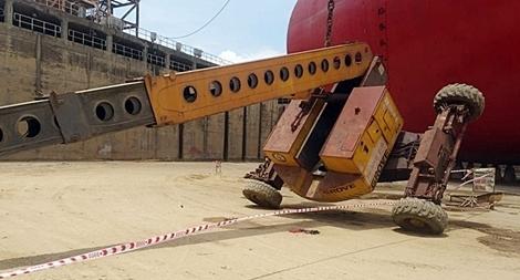 Lật xe nâng tại nhà máy đóng tàu, 3 công nhân thương vong
