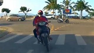 'Dán mắt' vào điện thoại, nam thanh niên đi xe máy lao thẳng vào đầu ô tô