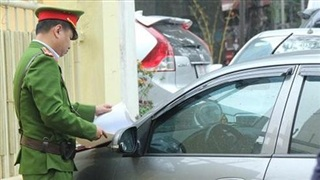 Mua bán trái phép giấy ra vào cơ quan, phù hiệu có thể bị phạt tù