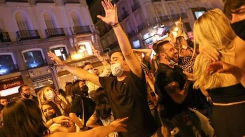 Tây Ban Nha dỡ bỏ phong tỏa, người dân mở tiệc