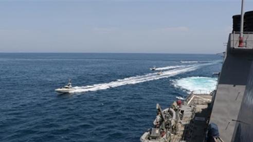 Xuồng tấn công Iran kẹp gọng kìm tàu Mỹ tại Hormuz